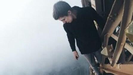 Parigi, 3 ragazzi eludono la sicurezza e scalano la Torre Eiffel