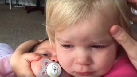 La bambina è gelosa della sua sorellina e piange, ma appena si avvicina alla piccola avviene qualcosa di magico