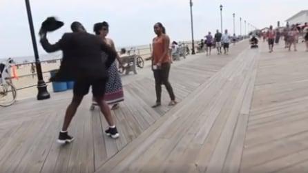 Un uomo con il cappello nero l'avvicina: ciò che accade dopo poco è inaspettato