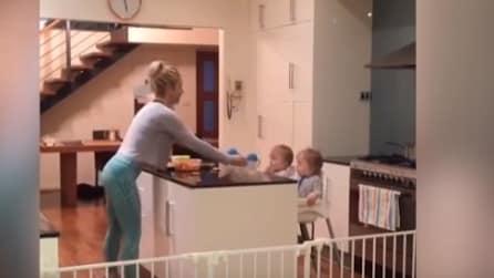 Prepara la colazione ai gemelli facendo fitness: l'organizzazione di questa mamma vi conquisterà