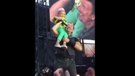 Bruce Springsteen canta con una bambina di 4 anni