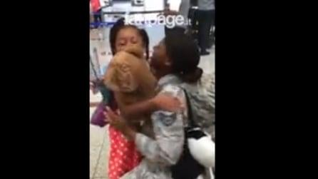 Torna dal servizio militare, e all'improvviso qualcuno le corre incontro in aeroporto