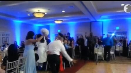Il matrimonio sembrava perfetto, ma ad un certo punto il gesto dello sposo verso la sposa è assurdo