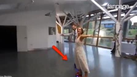 Il primo ballo degli sposi è davvero stravagante: attenzione ai loro piedi, resterete senza parole