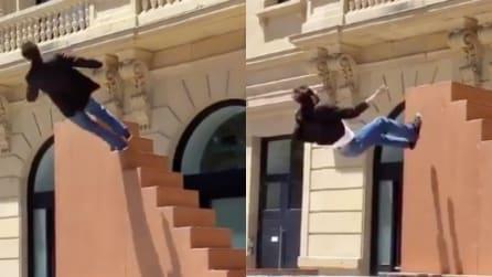Si getta dalle scale e risale: lo stupendo spettacolo che ti ipnotizzerà