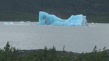 L'iceberg si scioglie davanti ai loro occhi: lo spettacolo filmato dai turisti è unico al mondo