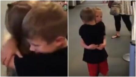I due bambini si riabbracciano dopo 17 mesi: la scena finale è da pelle d'oca