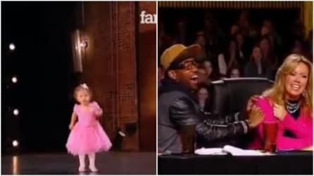 Sale sul palco mentre la sua mamma si sta esibendo: la bambina le ruba le scena e conquista lo studio