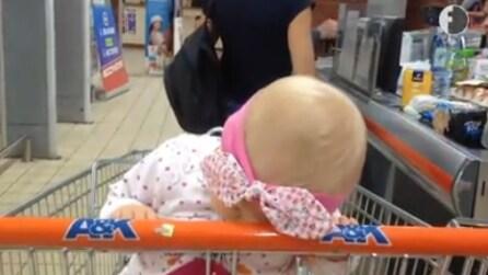 La piccola va a fare la spesa con la mamma, ma non riesce a stare sveglia: la scena è adorabile