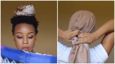 Mette una foulard in testa e lo piega in questo modo: una perfetta soluzione per l'estate