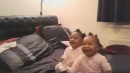 Le due bimbe amano la musica e quando la mamma inizia a cantare la loro reazione è bellissima