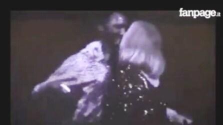 Adele abbraccia il suo fan: ma sul palco accade l'imprevedibile