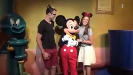 La coppia è in posa per una foto: all'improvviso lui fa qualcosa di sorprendente