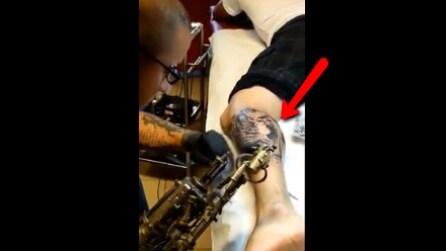 Fa il tatuatore, ma perde l'uso del braccio: quello che riesce a fare in questo fimato è stupefacente