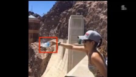 La turista capovolge la bottiglia nella diga: ciò che accade dopo è del tutto inaspettato