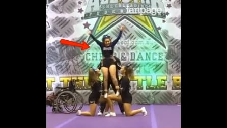 Una cheerleader in sedia a rotelle incanta il pubblico: la sua performance vi stupirà