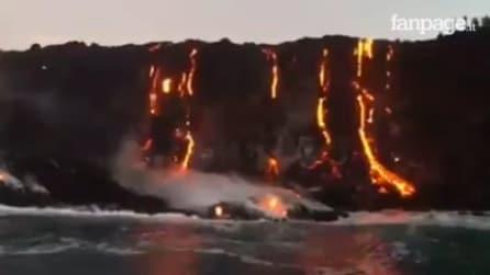 Un fiume di lava incontra l'Oceano: un vero e proprio spettacolo della natura