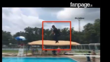 L'agente si tuffa in piscina con tanto di divisa: la scena è di quelle più inaspettate