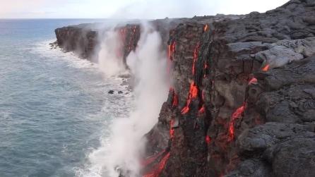 Uno spettacolo incandescente: dalle coste delle Hawai fuoriesce il magma