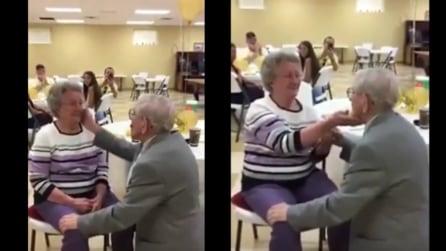 Si inginocchia e prende per mano sua moglie: il gesto di quest'uomo per l'anniversario è bellissimo