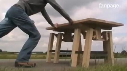 Un tavolo così non lo avete mai visto: lo spinge e ciò che accade è una vera sorpresa