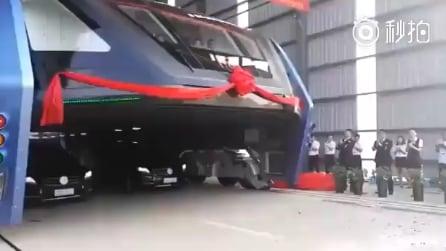 Cina, l'autobus che passa sopra le auto per evitare il traffico