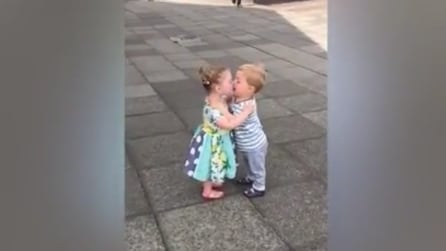 Due bambini scoprono cos'è un bacio: non esiste scena più tenera