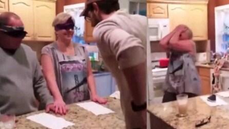 Benda i suoi genitori e chiede loro di allacciare una scarpa: poco dopo la mamma scoppia in lacrime