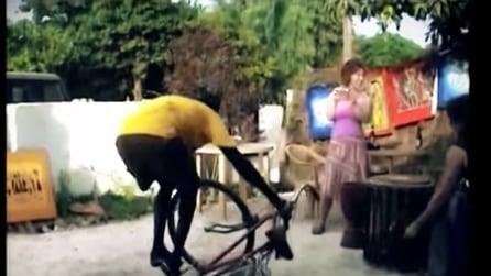 Sale sulla bici e lascia tutti col fiato sospeso: ciò che fa quest'uomo è pazzesco
