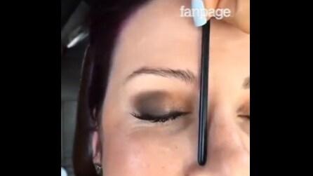 Un'esperta mostra come ottenere delle sopracciglia perfette: la tecnica vi stupirà