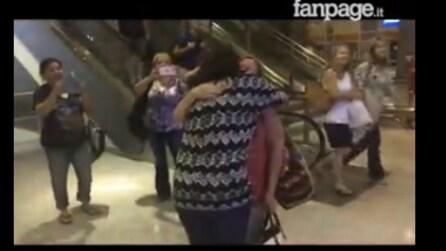 Questa donna è stata adottata dopo la nascita: il momento in cui incontra sua sorella biologica è magico