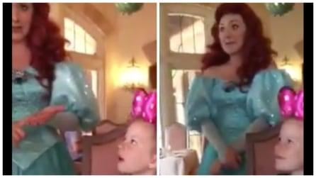 L'animatrice non si accorge che la bambina è sorda, ma dopo pochi secondi fa un gesto bellissimo e tutti sono senza parole