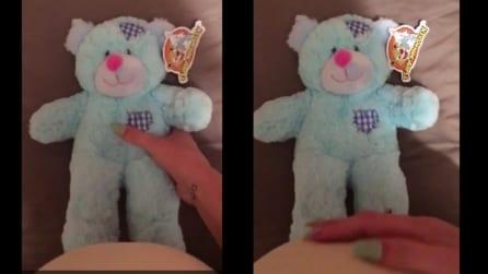 L'orso di peluche registra il battito del cuore del bimbo nel pancione: la scena è davvero emozionante
