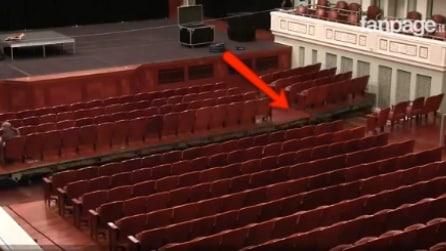 A vederlo sembra un normalissimo teatro, ma ciò che accade ai sedili dopo lo spettacolo è sorprendente