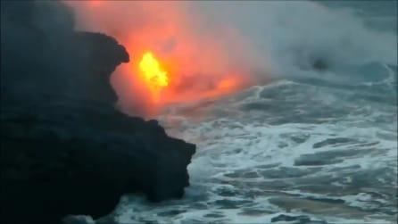 Il fuoco finisce in acqua: la spettacolare eruzione del vulcano alle Hawaii
