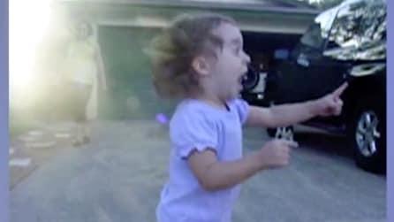 Arriva il camion dei gelati: guardate cosa accade quando l'uomo dei gelati si avvicina alla piccola