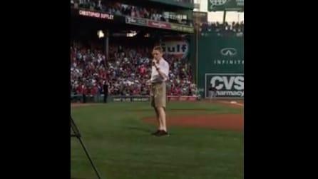 Cieco dalla nascita, ragazzo autistico canta nello stadio gremito: la sua voce vi emozionerà