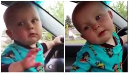 Il bambino adora la musica: alza il volume e inizia a ballare