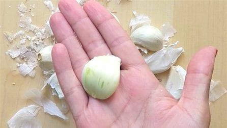 Come sbucciare l'aglio senza sporcarsi le mani