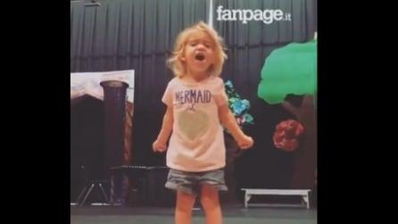 La piccola si esibisce durante la recita scolastica: una performance che non vi lascerà indifferenti