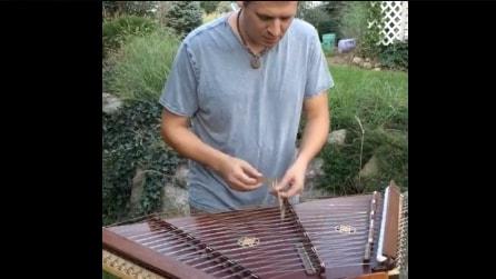Batte sulle corde con dei martelli speciali: la melodia è semplicemente incantevole