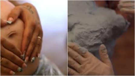 Appoggia le mani sul pancione poi l'artista dispone il gesso: il risultato è spettacolare