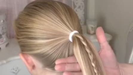 Lega i capelli poi fa una piccola treccia: un'acconciatura davvero originale