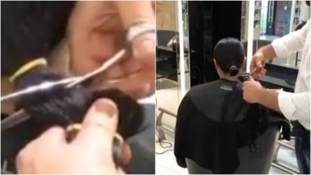 Lega i capelli in una coda e poi taglia: il cambiamento è davvero estremo