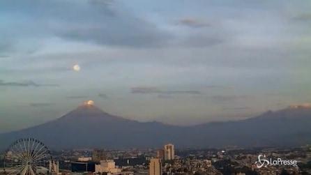 """La Luna """"cade"""" nel cratere del vulcano: le spettacolari immagini"""