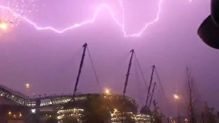 Il cielo diventa viola: l'incredibile tempesta di fulmini all'Etihad di Manchester