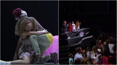 Salgono sul palco e commuovono tutti: la coppia di ballerine conquista lo studio