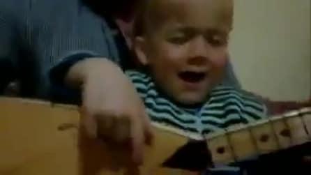 Bimbo suona e interpreta il brano con sentimento