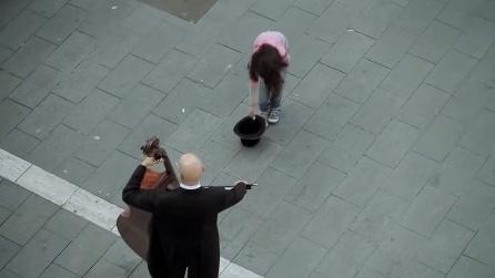 Una bambina dona una monetina, ecco cosa avviene in piazza