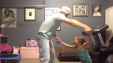 Papà e figlia scatenati, ecco il balletto diventato virale